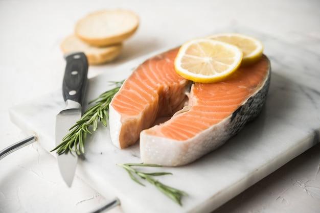 Вкусный лосось с зеленью и лимоном
