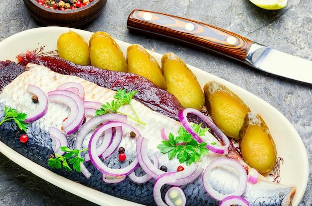 붉은 양파와 후추를 곁들인 맛있는 소금에 절인 청어