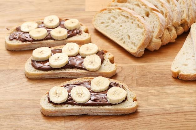 Вкусный бутерброд на столе