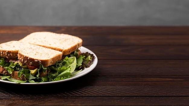 木製のテーブルに美味しいサンドイッチ