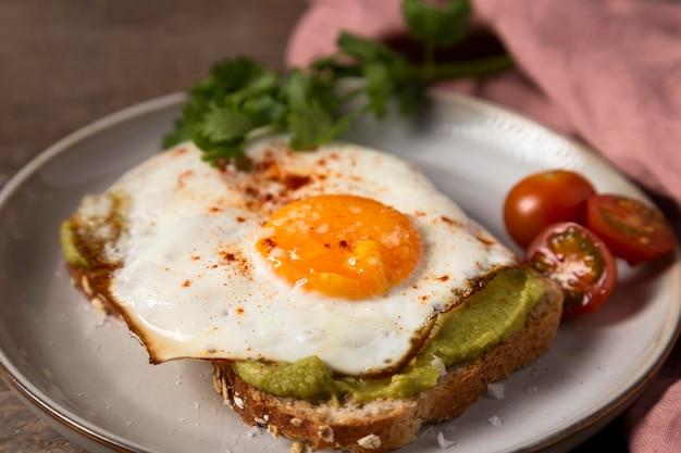 プレートに卵とおいしいサンドイッチ