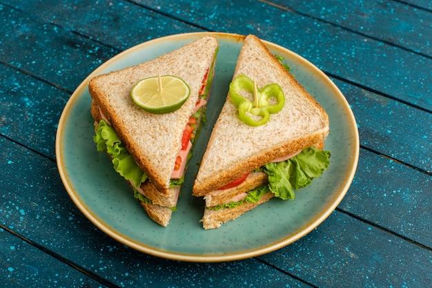 青の青いプレートの中においしいサンドイッチ