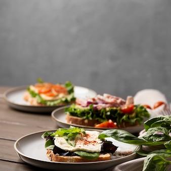 Вкусные бутерброды на расстановке тарелок