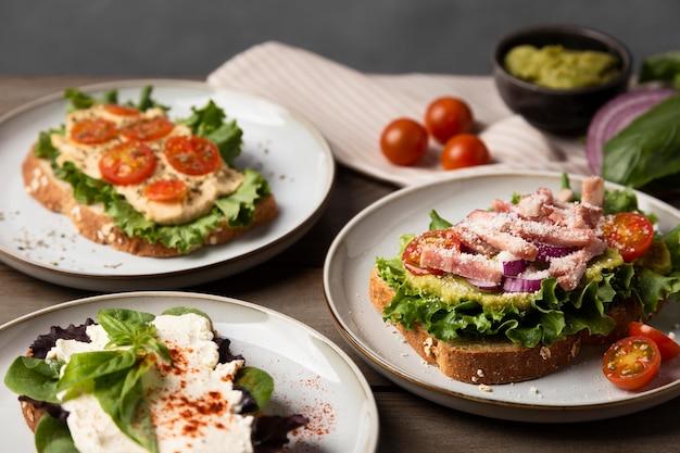 Вкусные бутерброды на тарелках под высоким углом