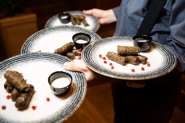 子牛とブルガーのおいしいサルマドルマ。ブルガーをぶどうの葉で包んだ子牛の肉。ホワイトソース添え。夕食。トルコギリシャ中東料理。