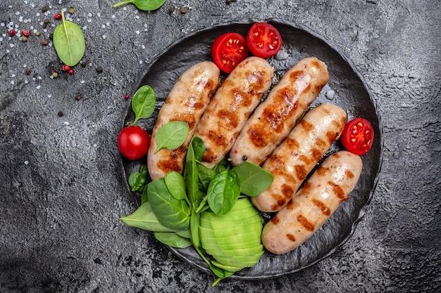 Вкусные колбаски на гриле, кетогенная диета. полезные жиры, чистое питание для похудения. кето палеодиета. вид сверху.