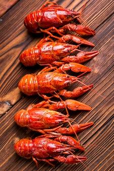 Вкусный лобстер из морепродуктов готов к приготовлению