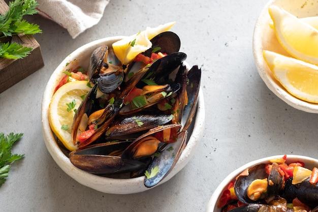 美味しいシーフードムール貝、トマト、タマネギ、ワインソース、パセリ Premium写真