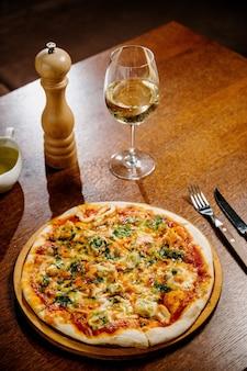Вкусная пицца с креветками на деревянном столе