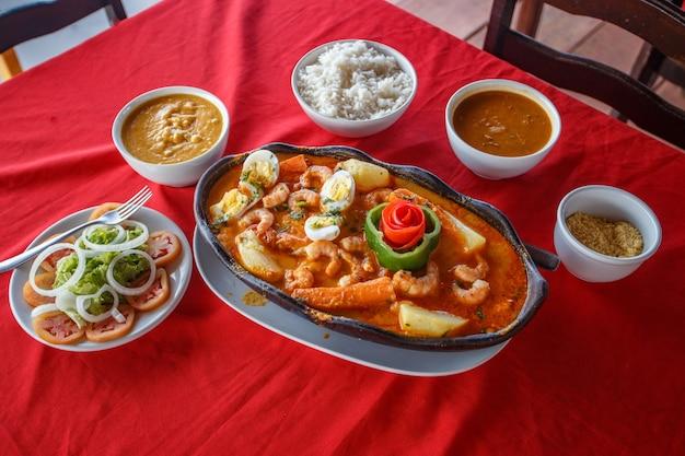 Вкусное тушеное блюдо из креветок с морепродуктами