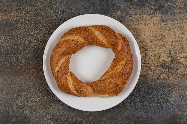 하얀 접시에 참 깨와 함께 맛있는 simit.
