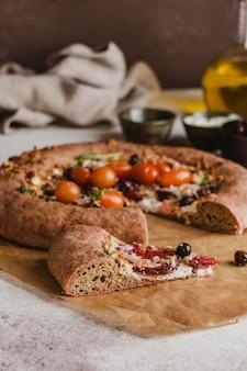 야채와 함께 맛있는 피자 조각