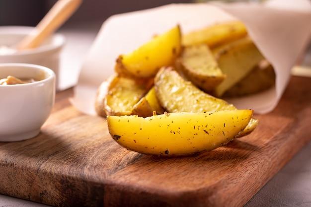 로즈마리와 기름으로 구운 감자의 맛있는 조각