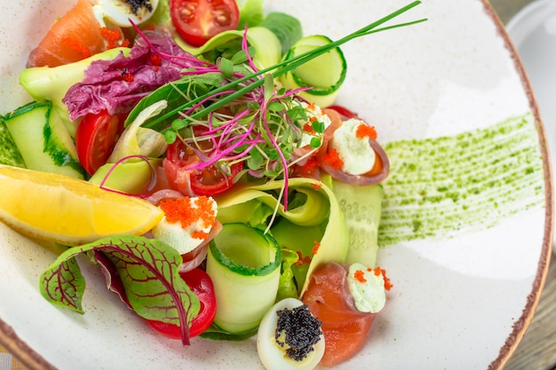 A delicious smoked salmon garden salad with smoked salmon, mixed baby greens