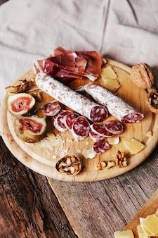 Deliziosi spuntini sulla tavola di legno