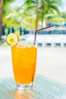 Soda delicious con una fetta di lime