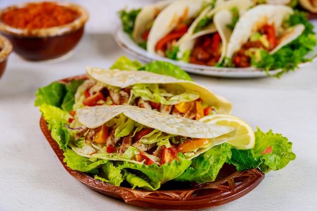 Вкусные мягкие лепешки с салатом и мясом мексиканской кухни.