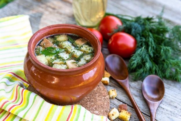 土鍋でクルトンを煮込んだ美味しいスープ。
