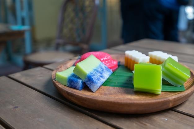 テーブルの上のおいしい東南アジアのスナック