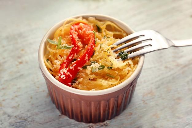 Вкусные спагетти в формочке на деревянном столе