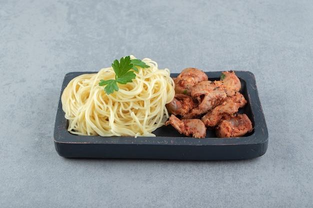 Вкусные макароны спагетти с маринованным мясом.