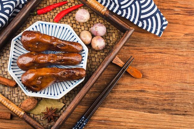 Вкусная приправленная пряностями утиная голова на тарелке