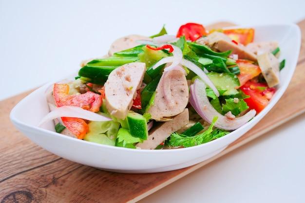 Вкусный пряный салат из вьетнамской колбасы с овощами