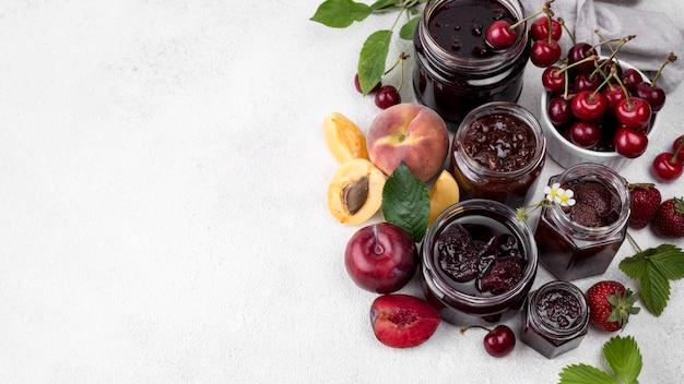 Deliziosa frutta in umido in barattoli