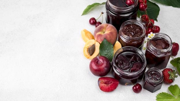 Deliziosa frutta in umido con copia-spazio