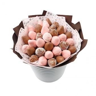 Вкусная клубника в коричневом и розовом шоколаде