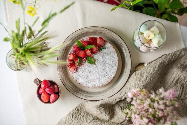 딸기로 장식 된 맛있는 딸기 케이크
