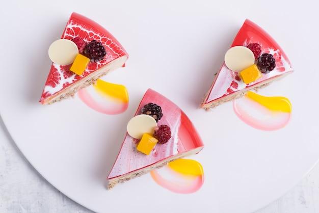 Вкусный клубничный торт на белой тарелке