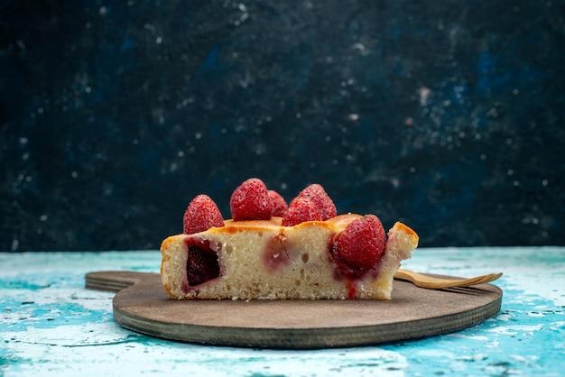 スライスしたおいしいストロベリーケーキと鮮やかなブルーのベリーケーキの甘い焼き生地に全体のおいしいケーキ