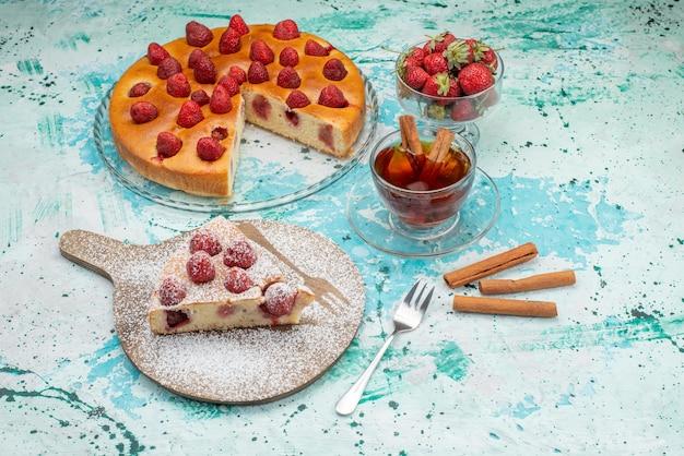 おいしいストロベリーケーキをスライスし、明るいブルーのベリーケーキの甘い焼き生地にお茶をまぶしたおいしいケーキシュガー