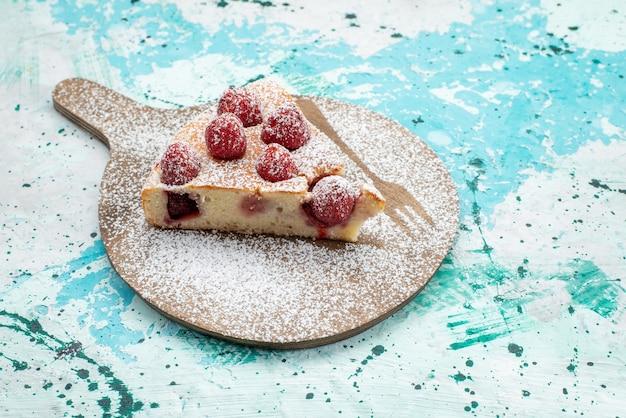맛있는 딸기 케이크 슬라이스 맛있는 케이크 설탕 밝은 책상에 가루, 베리 케이크 달콤한 빵 반죽