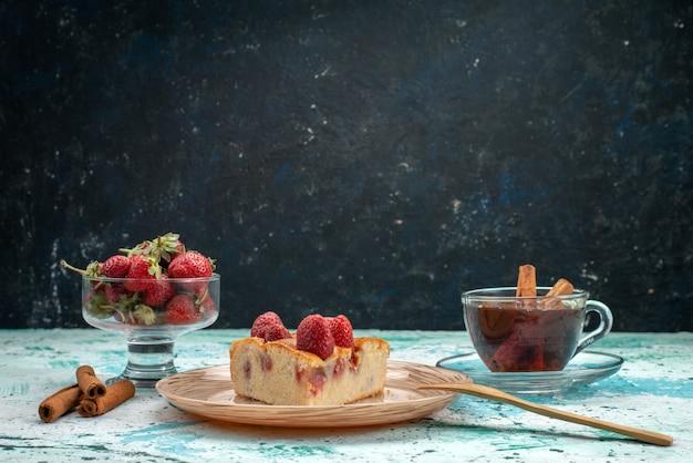 おいしいストロベリーケーキスライスしたおいしいケーキとティーシナモン、明るい青色の机、ベリーケーキの甘い焼き生地
