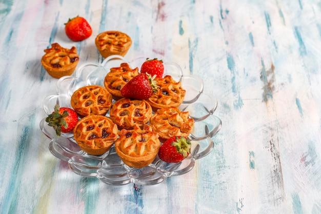 Вкусные мини-пирожки с клубникой.