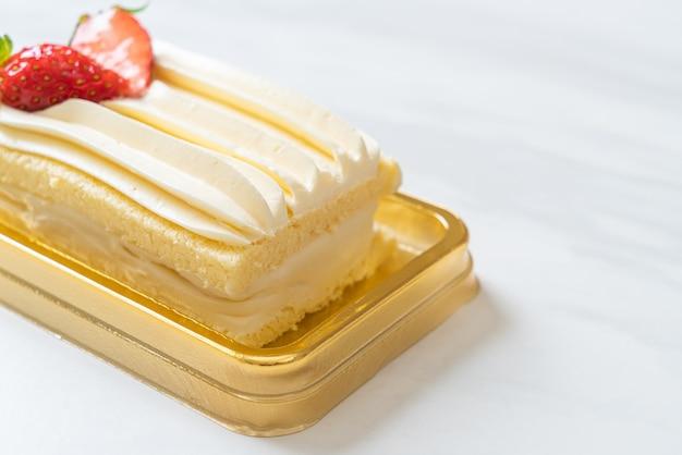 Вкусный клубничный торт на столе