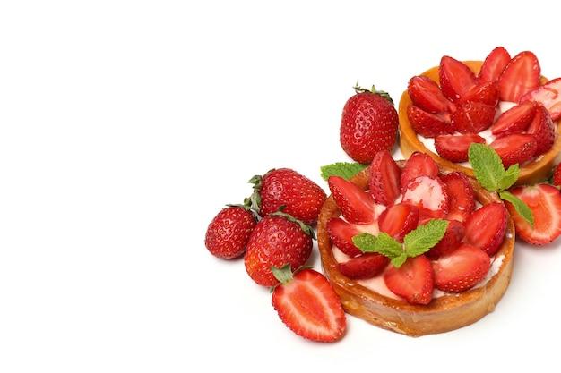 白い背景で隔離のおいしいイチゴのタルト。