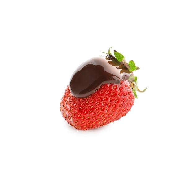 チョコレートが分離されたおいしいイチゴ