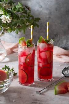 Вкусный летний фруктовый коктейль-лимонад с лаймом и мятой. напиток для вечеринки.