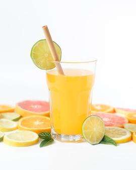 Вкусный летний фруктовый сок и солома