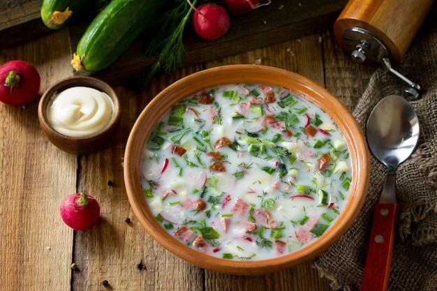 おいしい夏のランチspringsummerヨーグルト冷たいスープ新鮮な野菜とケフィア