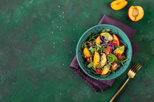 부라타 치즈와 구운 복숭아, 루꼴라, 마이크로그린을 곁들인 맛있는 여름 샐러드. 건강한 식생활. 복사 공간