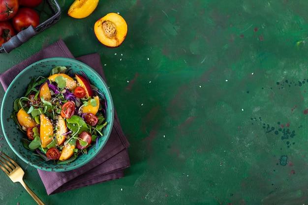 Вкусный летний салат с сыром буррата и персиками на гриле, рукколой и микрозеленью. здоровое питание. копировать пространство