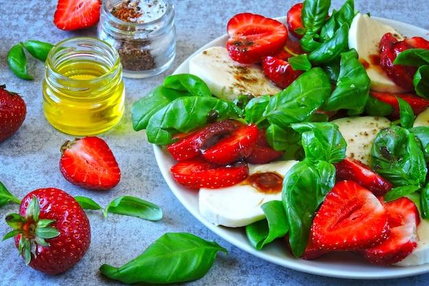 Вкусный летний салат с клубникой и моцареллой