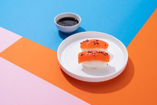 Вкусные суши и соевый соус под высоким углом
