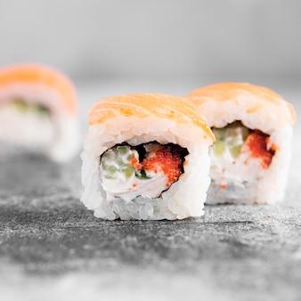 Primo piano delizioso sushi