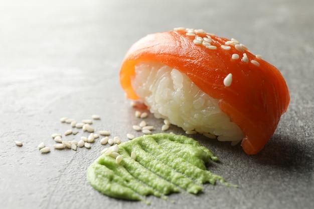 灰色の表面に美味しい巻き寿司とわさび。日本食