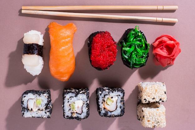 テーブルの上の寿司の日のおいしい巻き寿司